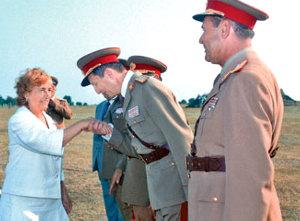 Victor Stănculescu sărutînd mîna Elenei Ceauşescu. Sursa www.frontpress.ro