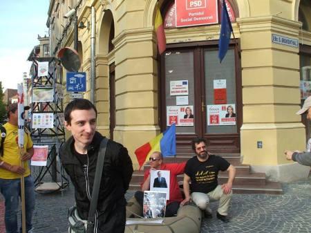 Alex Oprea (în roşu) şi simpatizanţi ai săi, la una din acţiunile de protest organizate în faţa sediului PSD Sibiu în timpul campaniei electorale pentru europarlamentare.