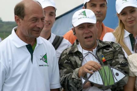 Liviu Mihaiu, cel despre care se spune că a ajuns guvernator al Deltei printr-o mită de 2 milioane de euro, pozat în Deltă alături de Traian Băsescu, Daciana Sîrbu (soția lui Victor Ponta) și Lucian Mîndruță
